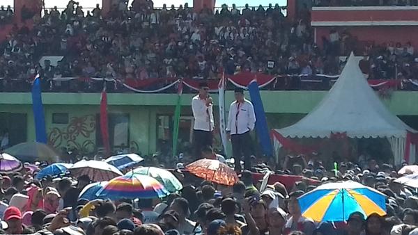 Ribuan Pendukung Paslon PRO Banjiri Stadion Wiily M Yosep Puruk Cahu