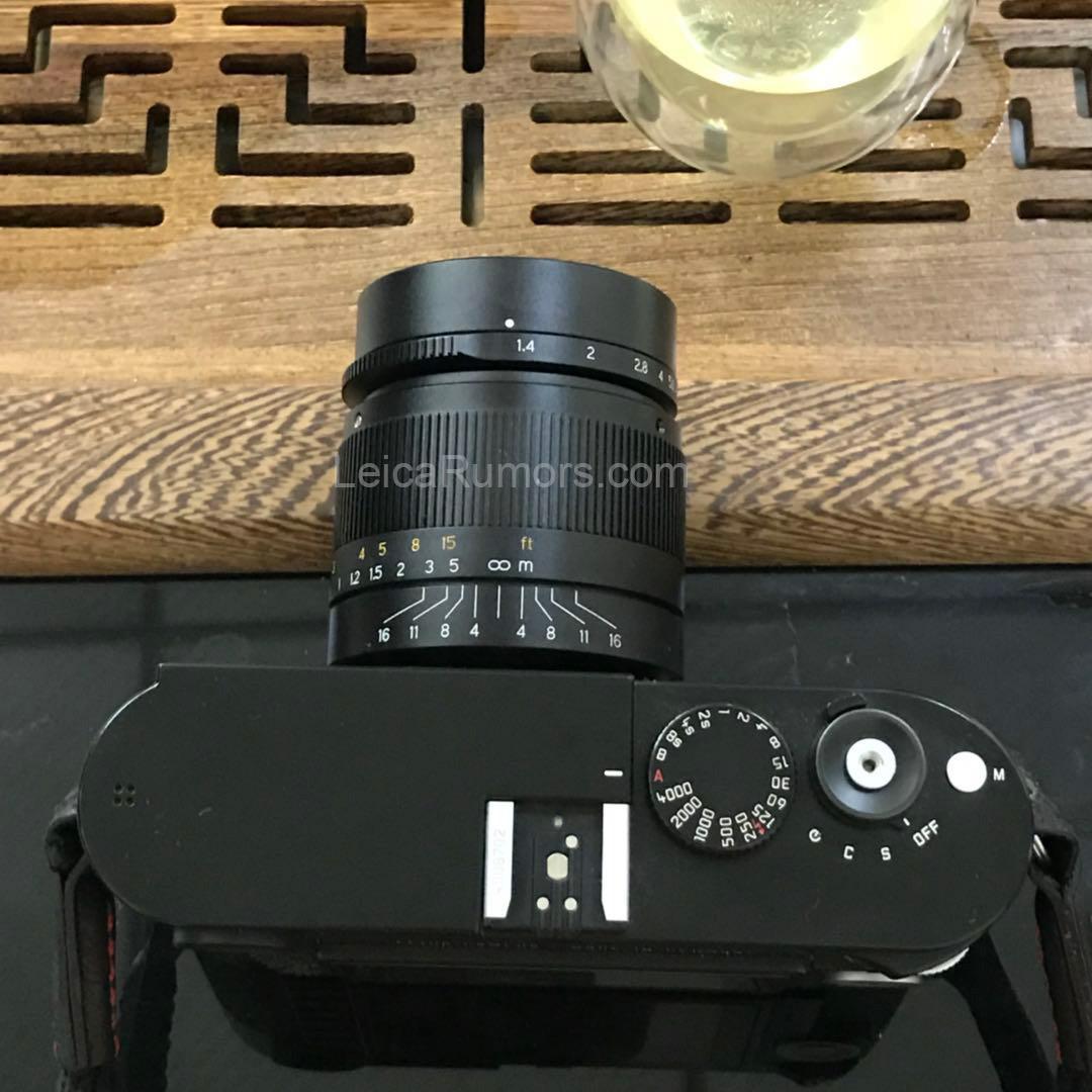 Объектив 7Artisans 28mm f/1.4 установлен на камеру Leica