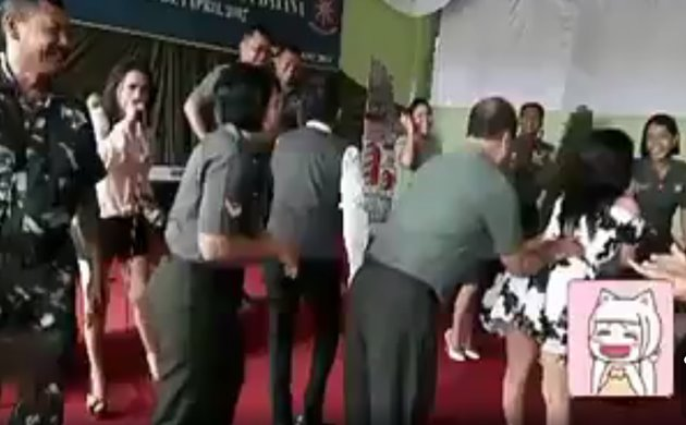 Video Gokil Tentara TNI Jahilin Teman Saat Dangdutan - Twitteriwanopi