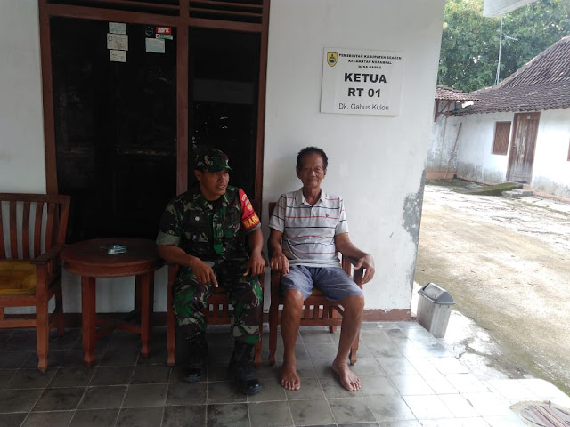 Kodim Sragen - Babinsa Gabus Jalin Komsos Bersama Ketua RT Wujudkan Kamtibmas Di Wilayah