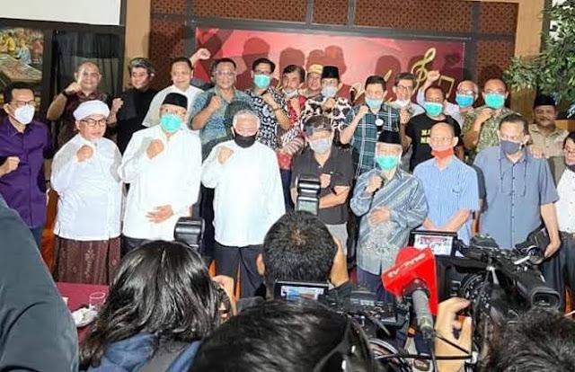 KAMI (Koalisi Aksi Menyelamatkan Indonesia) muncul dengan maklumatnya, publik ramai. Umumnya masyarakat positif menyambutnya. Bahkan cukup antusias. Ada dua indikator.