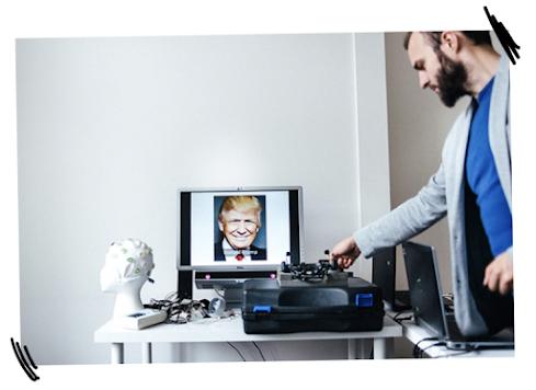 Michal Matukin, da companhia de neuromarketing Neurohm, prepara o equipamento para testes na Polônia