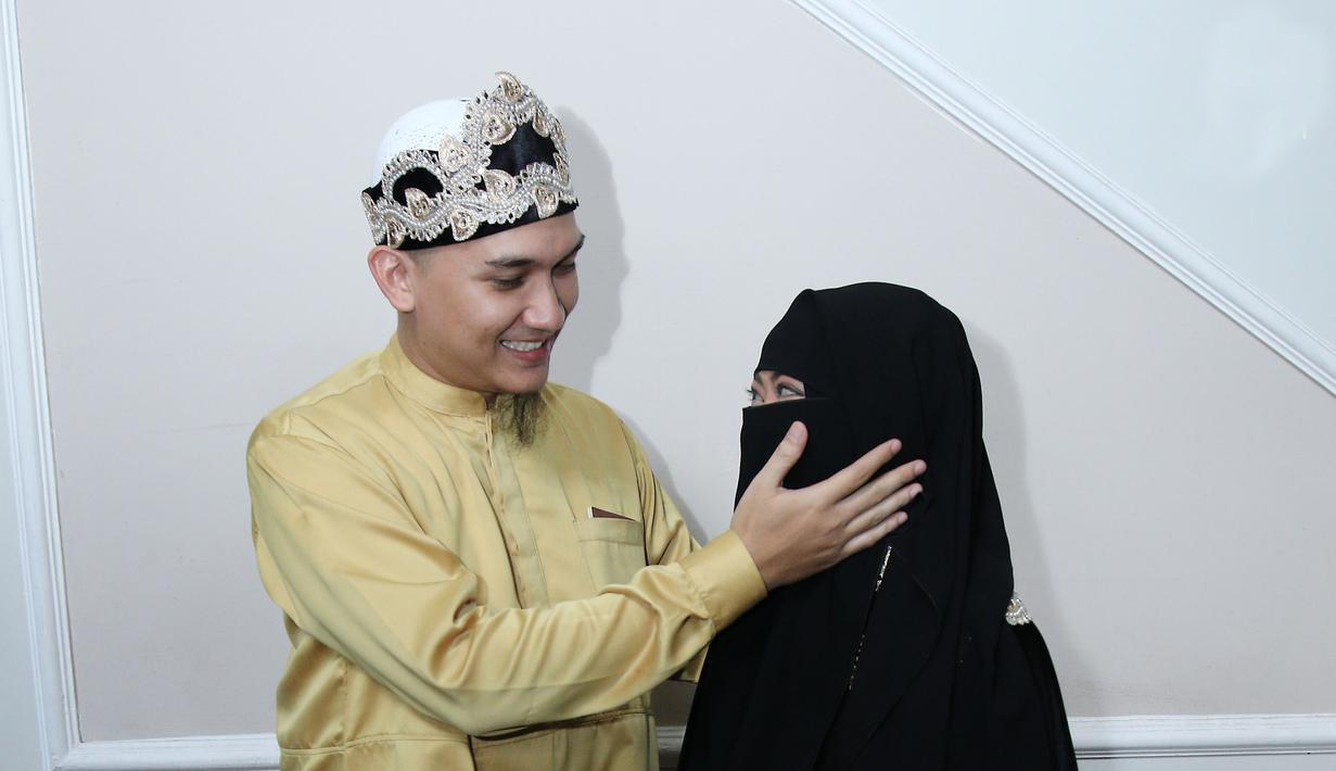 Egi John artis menikah dengan wanita bercadar