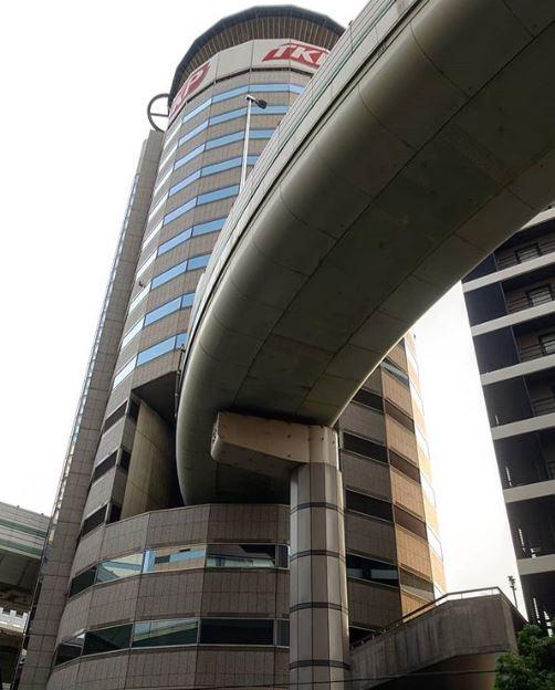 Sangat Unik, Jalan Tol Ini Melewati Gedung Perkantoran Gate Tower Building