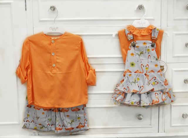 camisas naranjas acompañando a un peto con vuelos de color gris con estampado de flamencos naranjas, o unas bermudas a juego.