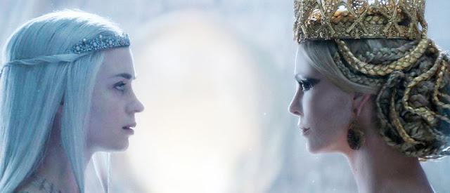 O caçador e a rainha do Gelo, coroas e jóias Ravenna (Sharlize Theron) e Freya (Emily Blunt)