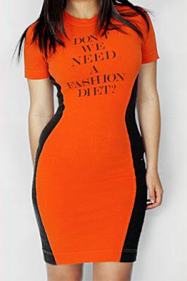 Zayıf gösteren yanları siyah turuncu elbise