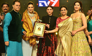 Keerthy Suresh in Saree with Cute and Lovely Smile Giving Awards Tsr Tv9 Awards Last Evening 1