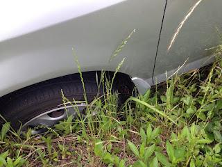 左前輪が溝に嵌っている車