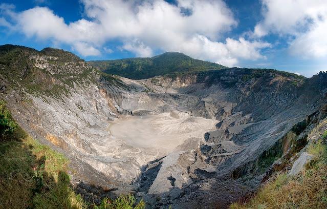 https://www.istockphoto.com/photo/panoramic-view-of-tangkuban-perahu-crater-gm629676366-112118459 3