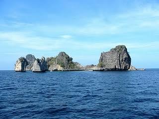 เกาะเก้าหรือเกาะบางู ตั้งอยู่ติดๆกับเกาะสิมิลันหรือเกาะแปด เป็นนิยมในหมู่นักท่องเที่ยวที่ชื่นชอบการดำน้ำลึก-ตื้น ที่อยู่ในเขตอุทยานแห่งชาติหมู่เกาะสิมิลัน