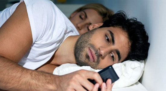 SELINGKUH : Waspada jika pasangan anda berkotak katik HP di saat sudah waktunya jam istirahat atau tidur. Tanda potensial paangana anda mulai selingkuh, Foto dari ISTOCK/NADYA LUKIC