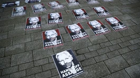 Assange seguirá en prisión hasta juicio de extradición