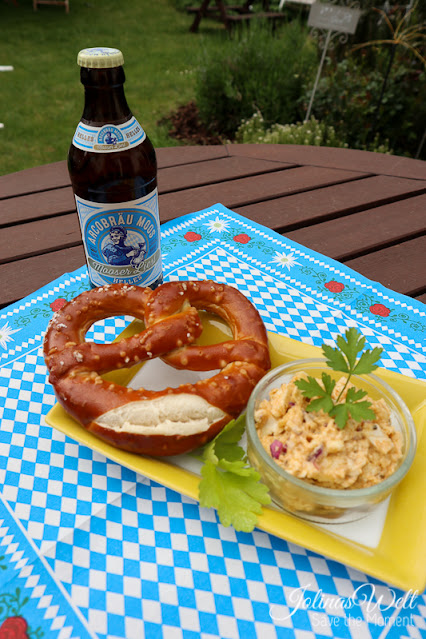 bayerischer Obatzter mit Bier und Brezel