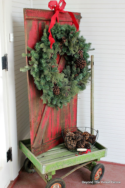 barn door, pallets, porch decor, rustic Christmas, DIY, https://goo.gl/rH05zO