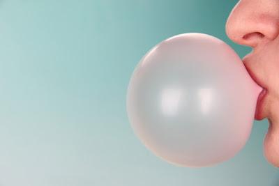 Chewing-gum: Les aliments à éviter si vous avez des bagues dentaires