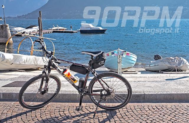Il cavalletto universale è un ottimo accessorio perché consente di fermarsi e sostenere la bicicletta in qualsiasi luogo