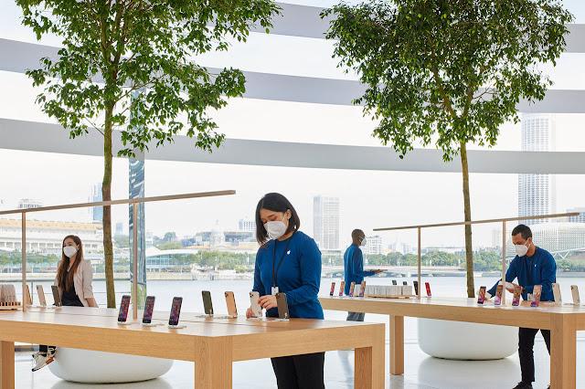 interior de tienda Apple Singapur - muestrario con celulares