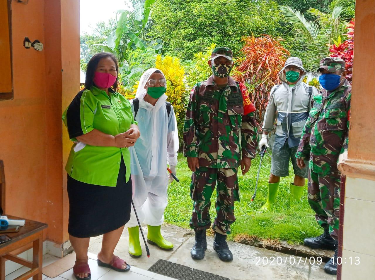 Babinsa bersama perangkat serta relawan covid-19 desa kiama maredaren semprot fasum dengan disinfektan