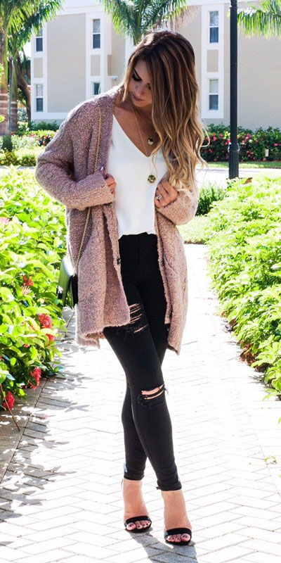 If you are looking for a new look to get with your black skinny jeans then have a look at these 20 stylish black jeans outfits to copy this fall season. Casual Outfits via higiggle.com | pink cardigan | #cardigan #blackjeans #casualoutfits