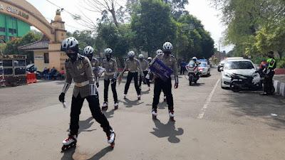 Aksi Heroik Polwan Satlantas Polres Serang Kota patroli dengan sepatu roda