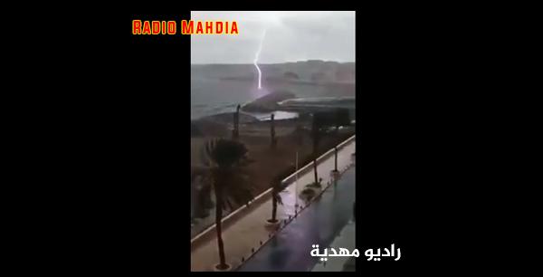 بالفيديو : صاعقة رعدية مرعبة تضرب شاطئ المهدية !