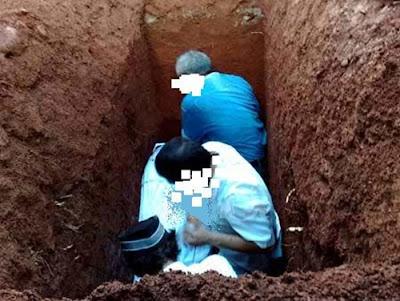 http://abusigli.blogspot.com/2016/10/hukum-adzan-ketika-menaruh-mayat-ke.html