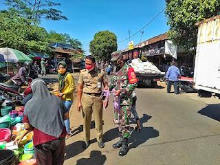 Batuud Koramil 03/Batealit bersama Kasatpol PP Bagikan Masker di Pasar Tradisional.