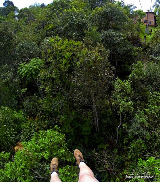 Descida de tirolesa no Ninho do Corvo, Paraná