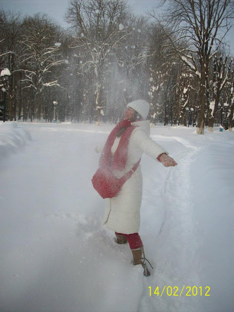 Woman dress in white and red playing in snow