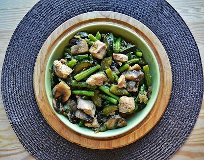 Kurczak z zielonymi warzywami w sosie teriyaki