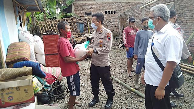 Polsek Karangmoncol Peduli Korban kebakaran Dengan Memberikan Bantuan