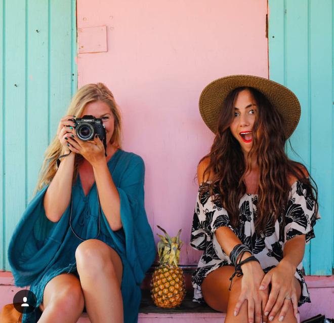 """2 Cô bạn thân xinh đẹp khơi dậy trào lưu """"đi du lịch khắp thế giới cùng cô bạn gái thân 2"""