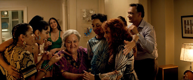"Daniela (DAPHNE RUBIN-VEGA), Carla (STEPHANIE BEATRIZ), Vanessa (MELISSA BARRERA), Abuela Claudia (OLGA MEREDIZ), Sonny (GREGORY DIAZ IV), Cuca (DASCHA POLANCO) e Kevin Rosario (JIMMY SMITS) em ""IN THE HEIGHTS"