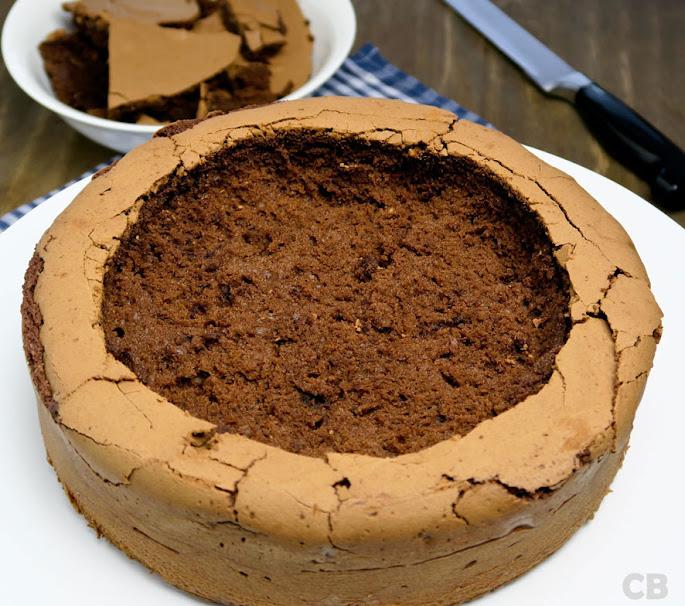 Het uithollen van de chocoladetaart