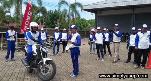 PRAKTEK : Instruktur dari team Safety Riding ASTRA MOTOR sedang memberikan penjelasan kepada para Jurnalis/Blogger tentang keselamatan berkendaraan di jalan. Photo Asep Haryono
