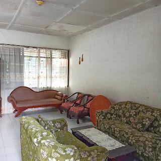 Ruang Tamu Rumah Murah Bangunan Lama Luas Tanah 420 m2 Dekat RS Adam Malik Medan Tuntungan Sumatera Utara
