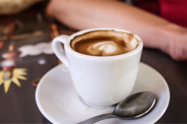 Xicara de café café expresso com colherzinha