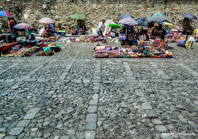 Mercado de artesanato em Antigua, Guatemala