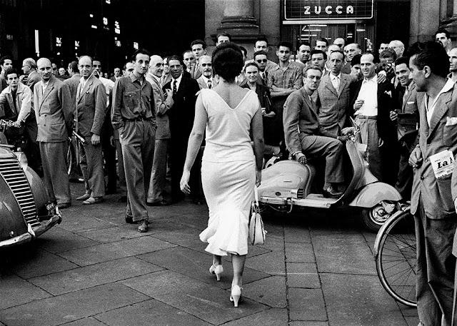 Gli italiani si voltano (Milán, 1954) © Mario De Biasi