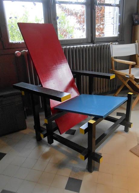 The dobson factory chaise bleue et rouge de geritt rietweld for Chaise factory rouge