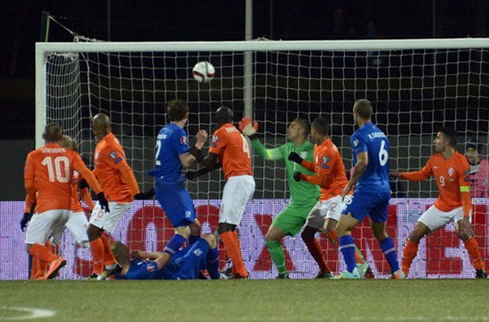 cầu thủ Gylfi Sigurdson ghi bàn vào lưới Hà Lan