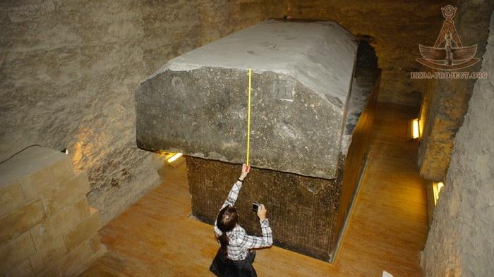 Τα Γιγαντιαία Υπόγεια Πέτρινα Κουτιά Κοντά στις Πυραμίδες στην Αίγυπτο (Βίντεο)
