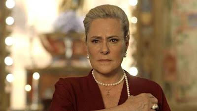 Mirtes (Elizabeth Savala) é expulsa do cabaré e da pousada de Ondina (Ana Beatriz Nogueira) em 'O Sétimo Guardião' — Foto: TV Globo