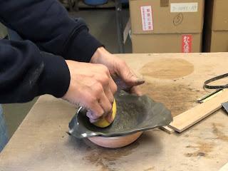 山野草鉢を型を使って成形しているところ
