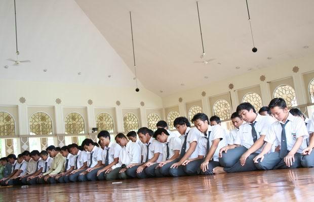 Anak SMA Sholat Berjamaah