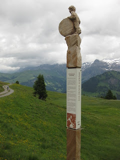 Carved post along the AlpRundweg Leiterli trail, Lenk, Switzerland