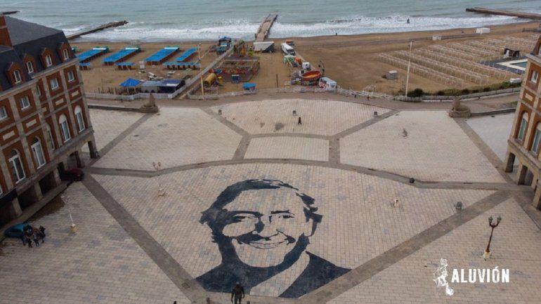 Jóvenes marplatenses realizaron un retrato gigante en la rambla en honor a Néstor Kirchner