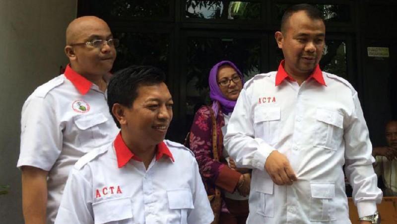 Ketua ACTA Munathsir Mustaman (tengah) di kantor Bawaslu DKI