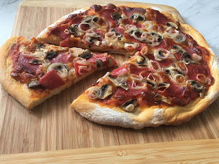 Pizza na cienkim cieście z salami
